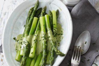 """Eco Lifestyle - Kochen mit Superfoods: Hier das Superfood-Rezept """"Grüner Spargel mit veganer Hollondaise"""""""