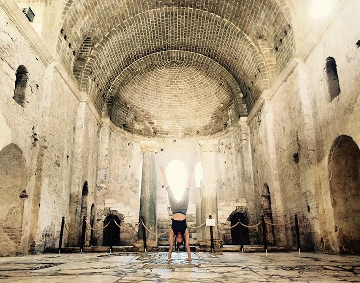 Peppermynta-Lucie-Beyer-Handstand-Yoga_Kirche