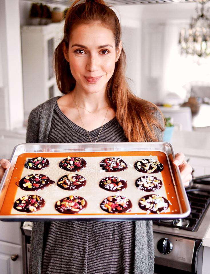 Jelena Sequioa zeigt uns die fertige Superfood-Schokolade