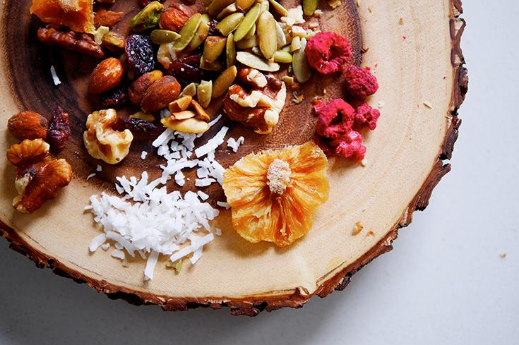 Nüsse und Früchte sind ideal zum Verzieren der Superfood-Schokolade