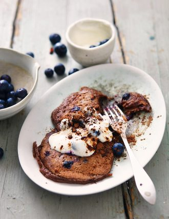Superfood Rezepte: Kochen mit Superfoods: Carob-Pancakes mit Heidelbeeren