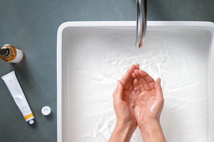 Natural-Beauty-Dr-Hauschka-Haltbarkeit-von-Naturkosmetik-Creme-Produkten-Hände-waschen