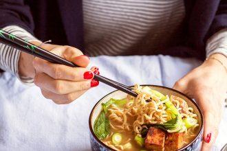 vegane Ramen Nudelsuppe aus dem Buch Himmlisch gesund von Foodbloggerin Lynn Hoefer aka Heavenlynn Healthy