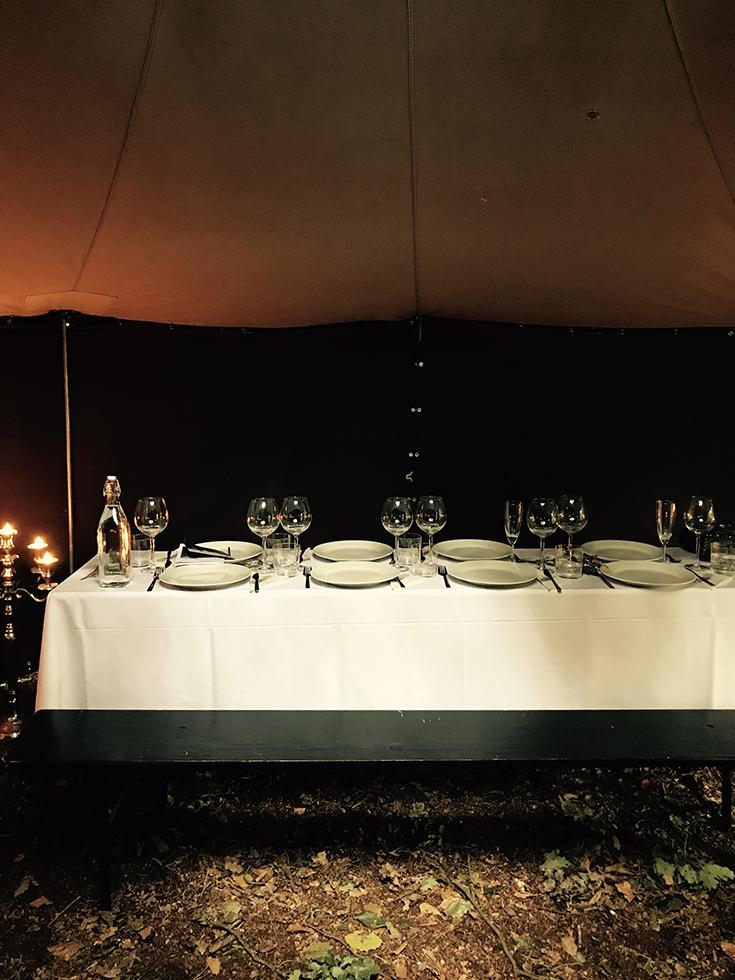 Witterung – ein kulinarisches Festmahl unter freiem Himmel: gedeckte Tafel