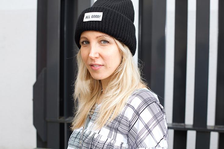 Fashion Revolution Week 2019 #whomademyclothes: Bina Nöhr von Stryletz trägt ein Kleid von Jan´n June, Tasche von Naditum und eine Mütze von Merz B. Schwanen
