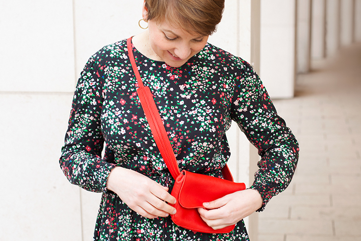 Fashion Revolution Week 2019 #whomademyclothes: Janine Werth vom Eco Concept Store Werte Freunde trägt ein Kleid von Armedangels und eine Hipbag von Nine to Five