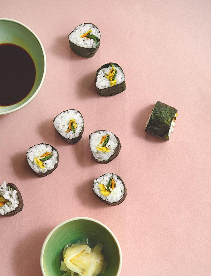 Kreative Resteküche – Rezept für Sushimaki mit Gemüseschalen. Die Küche der Achtsamkeit von Tainá Guedes, gegen Lebensmittelverschwendung