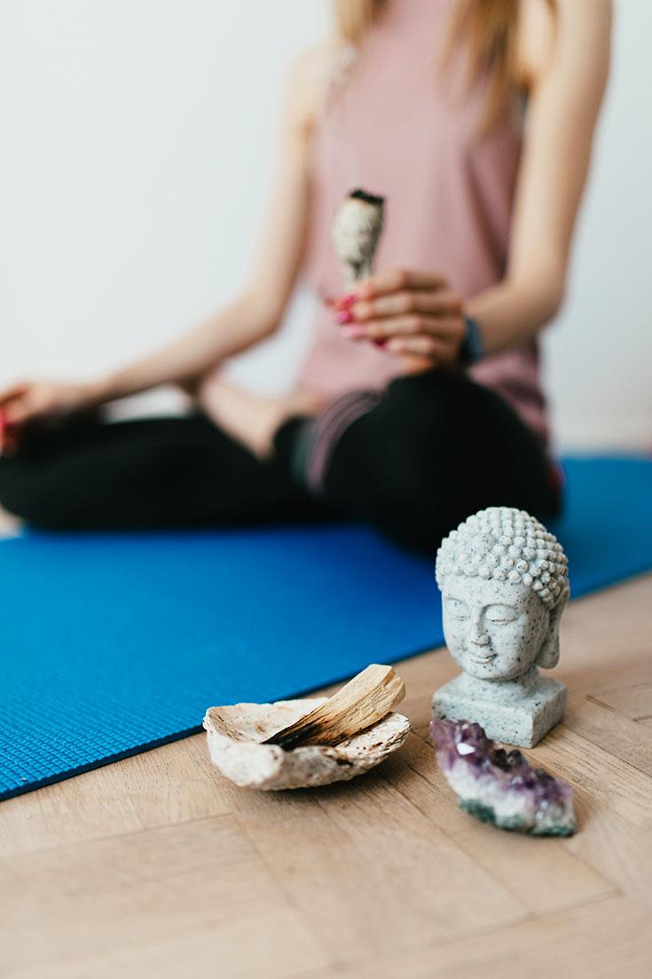 Wie du mit Ritualen zu mehr Ruhe und besserem und gesünderem Schlaf findest: Palo Santo und Salbei Smudge