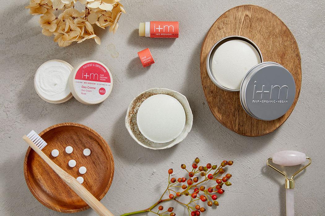 Less Waste – Die neue WE REDUCE!-Serie von i+m Naturkosmetik Berlin: Vanilla Lip Care, Festes Shampoo Verbene, Feste Seife Lemongras, Feste Dusche Hanf, Deo Creme Rose